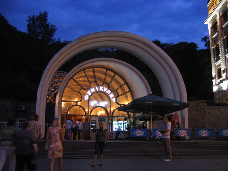800px-Kiev funicular. Lower station at night